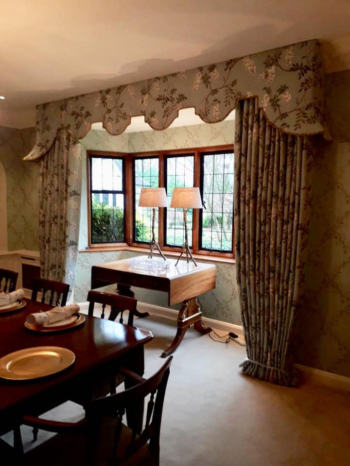 Set of floral curtains and pelmet